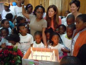 Kinder feiern den Geburtstag von Lingua-World