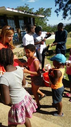 Nelly Kostadinova zu Besuch bei den Kindern von Youth Alive Ministries