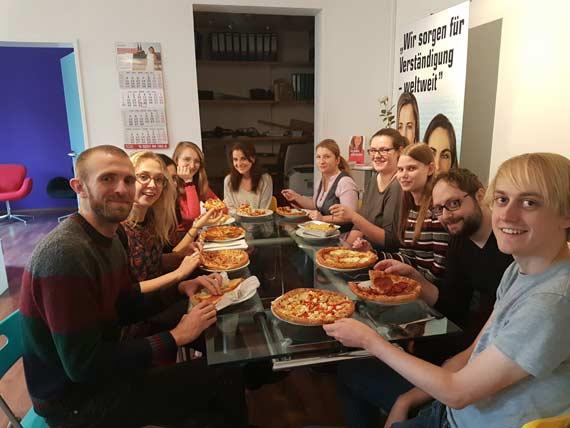 Das Team im Kölner Hauptsitz ließ sich leckere Pizza kommen.